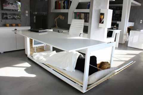 昼も夜も快適なベッド付きの寝机