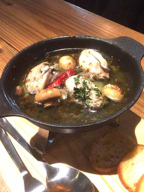 牡蠣とマシュルームのアヒージョ