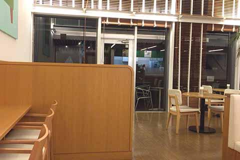 電源席は店内端にあります