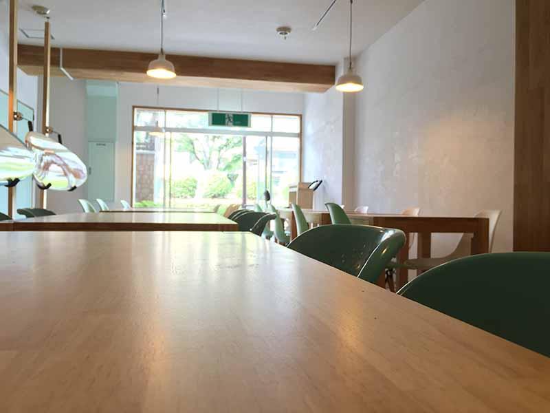 独り占めすると広い4人用テーブルですが