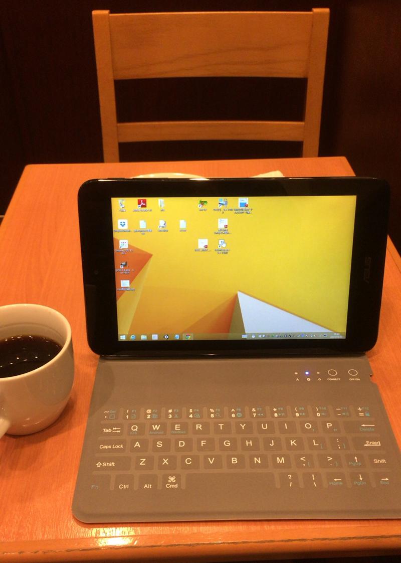 カフェの小さい2人掛けのテーブルでも快適