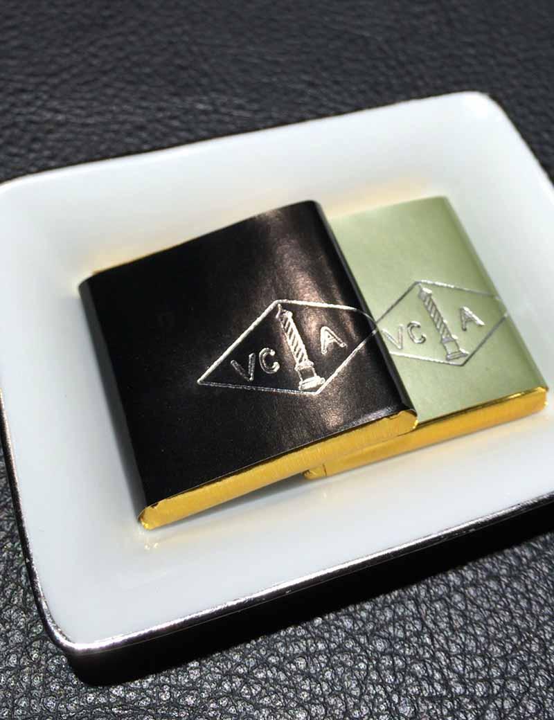 【ヴァン クリーフ&アーペル】のロゴ入りチョコ