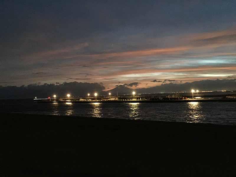 港のあかりと夕焼け