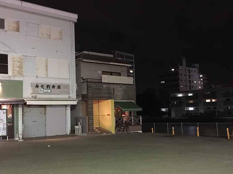 片瀬江ノ島駅からすぐ見える川沿いの一軒家