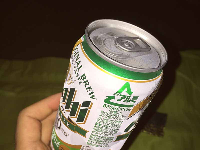 砂浜でビール飲んで