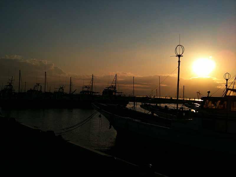 港にかかる夕日