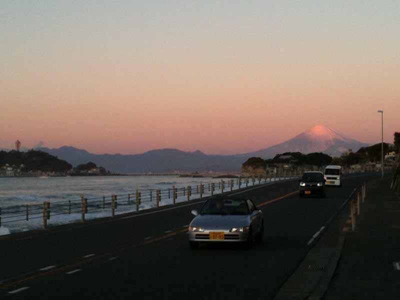 朝日を浴びて富士もくっきり
