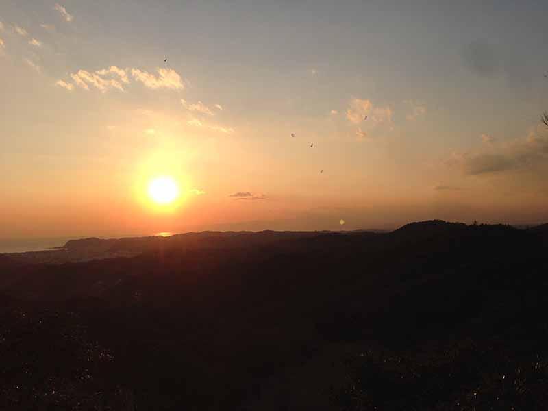 鎌倉山中に夕陽が落ちます