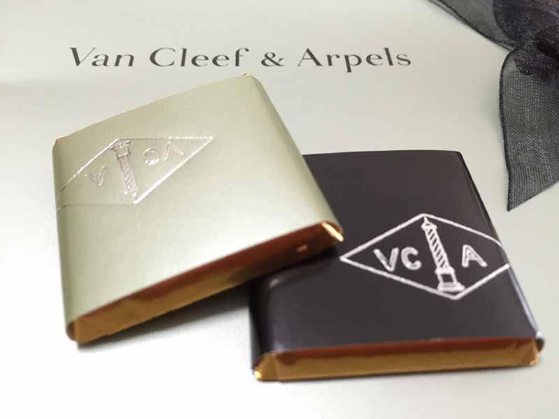 おしゃれな【ヴァン クリーフ&アーペル】のロゴ入りチョコ