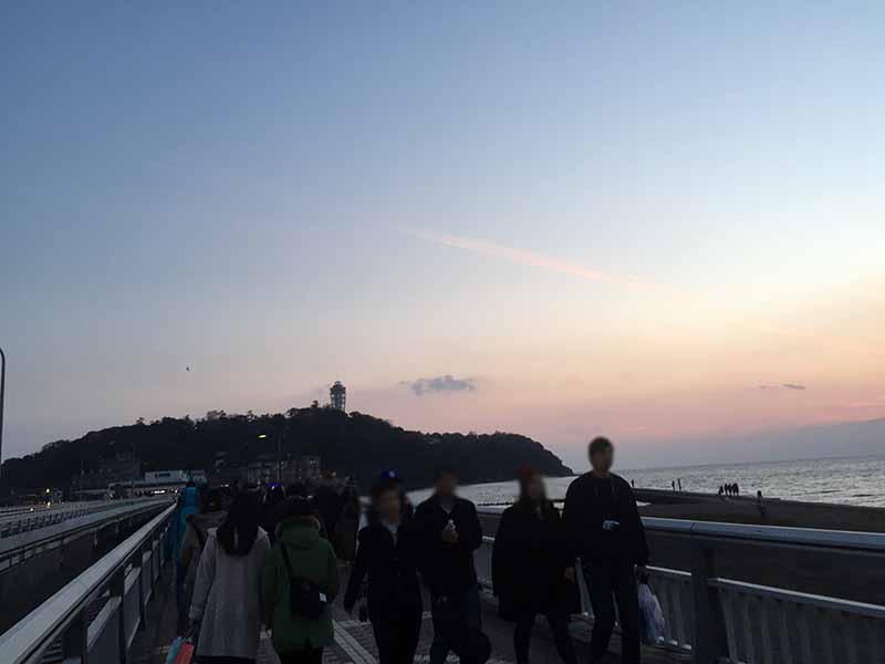 夕陽を見ながら江ノ島を目指します