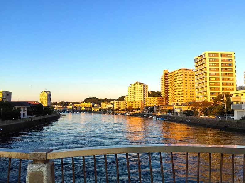 江ノ島駅すぐの境川
