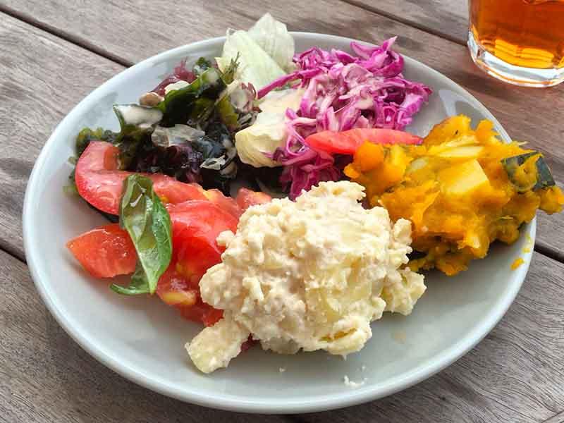 ランチブッフェに付いてくる色とりどりの野菜料理