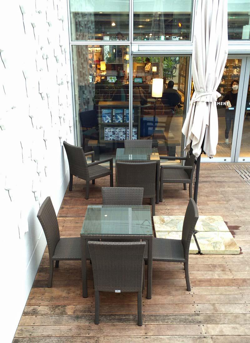 入口外のテーブル席