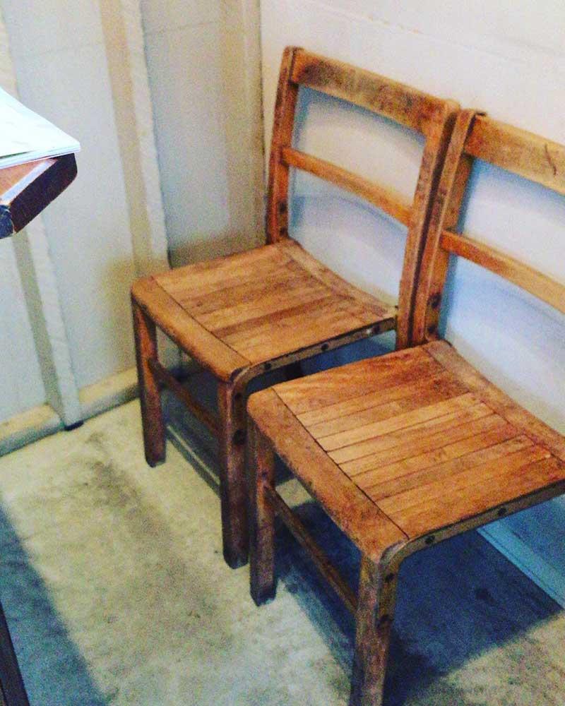 店内の椅子にちょこんと腰掛けて