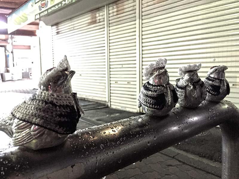 雨の江ノ島駅前