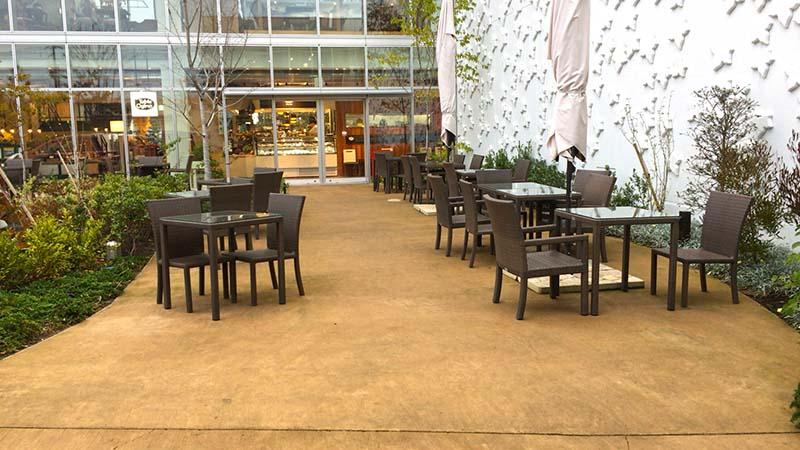 中庭にもテーブル席がたくさん