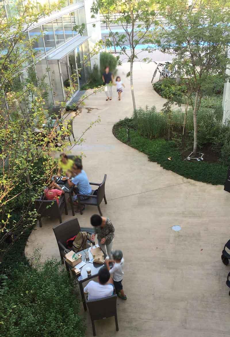 施設内には野外テーブルがたくさん