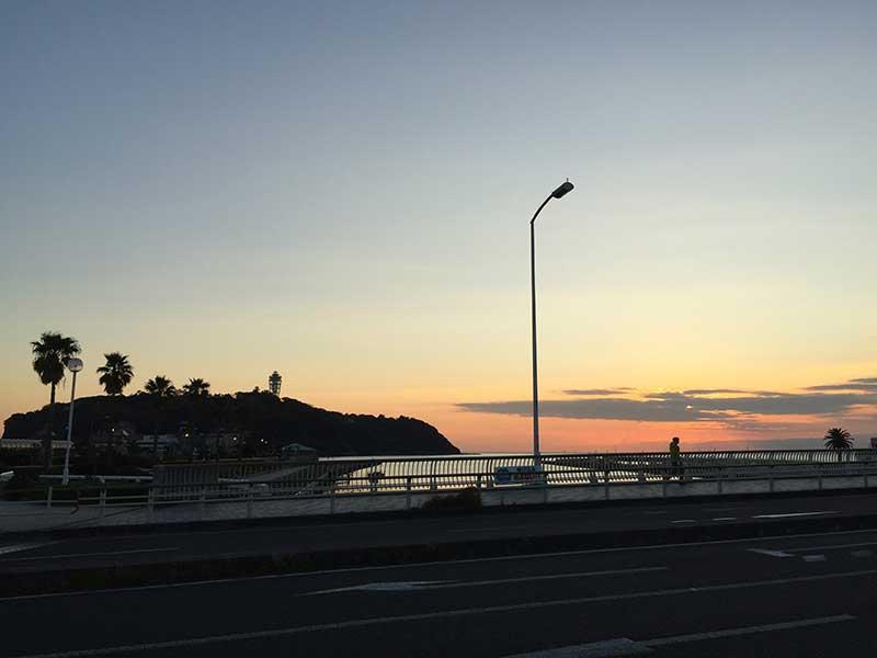 江ノ島にかかる夕日を見ながら