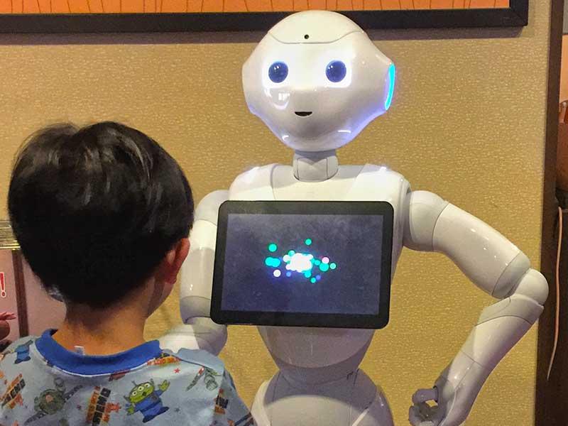 【竜泉寺の湯茅ヶ崎店】Pepper(ペッパー)がやって来た!ロボットは子供に大人気?