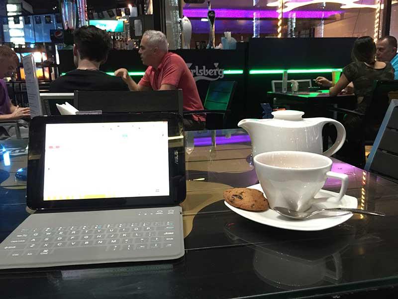 ホテルのカフェでひと仕事