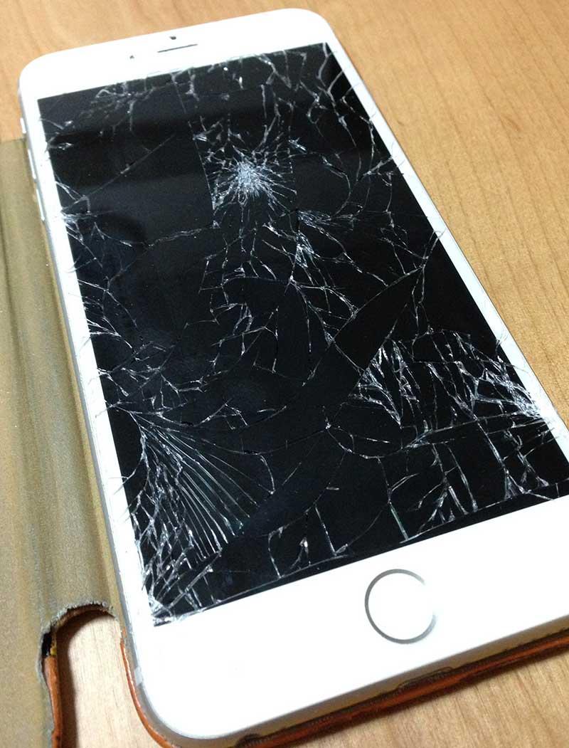 iPhoneの液晶が完全に粉々に