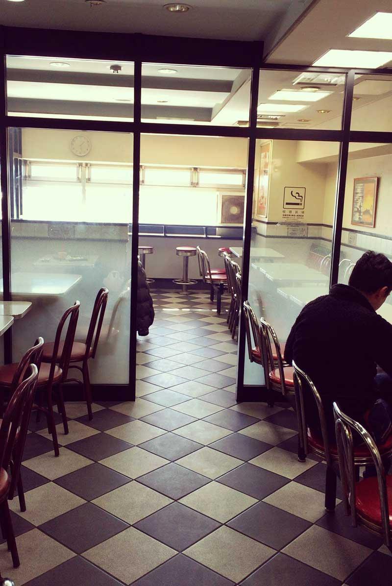 店内は喫煙席もあり若者中心