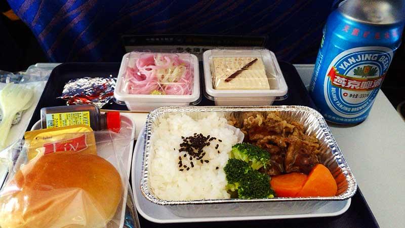 日本発の便の機内食はおいしい