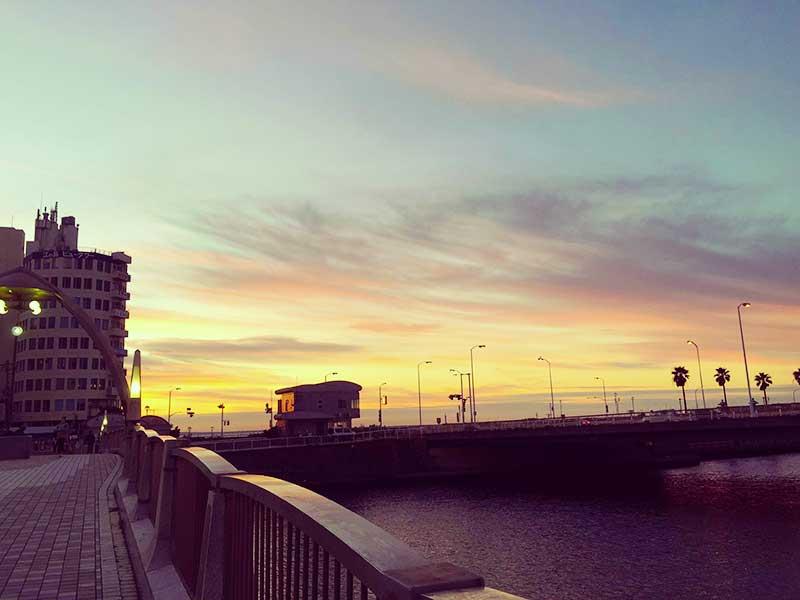 片瀬江ノ島駅の正面の橋を渡って