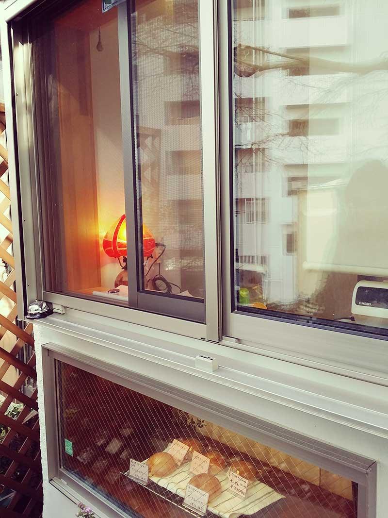 テイクアウトの小窓とショーウィンドーの小さなお店