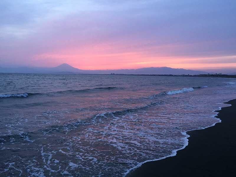 片瀬海岸の夕暮れ時は富士山のベストスポット