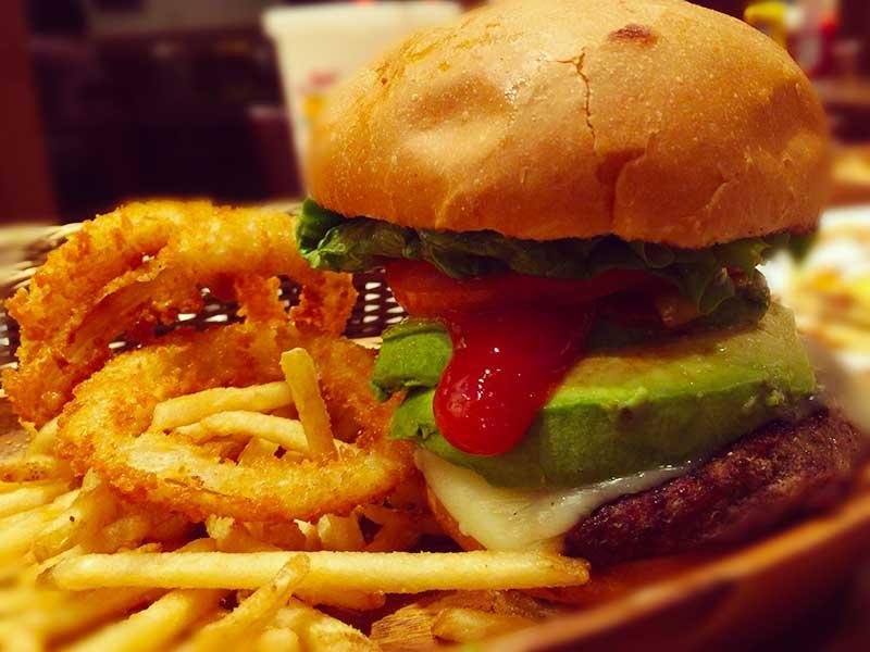 クアアイナ江ノ島店のボリューム満点バーガー
