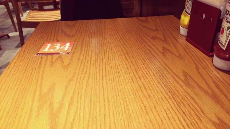 カードを持ってテーブルで待ちます