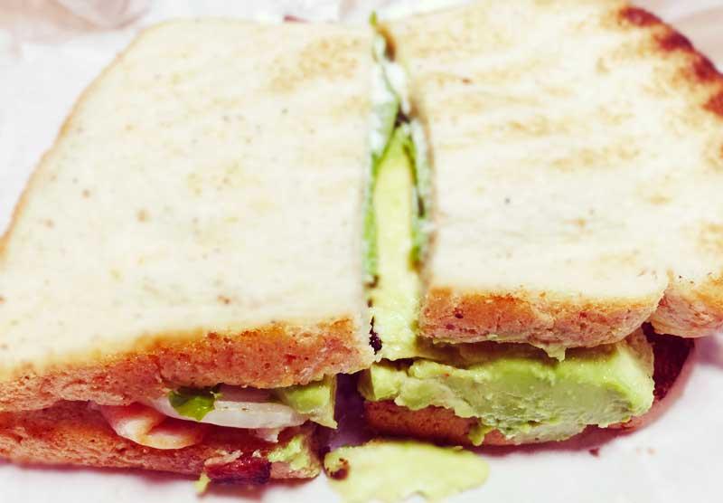 KUAAINA一番人気のサンドイッチ「BLT&アボカド」