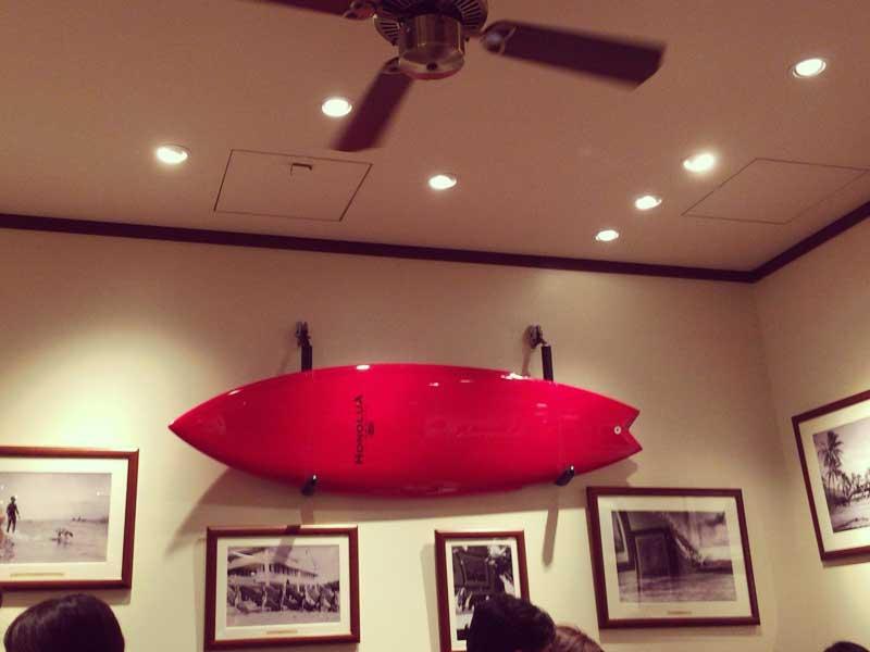 赤いサーフボードがおしゃれ