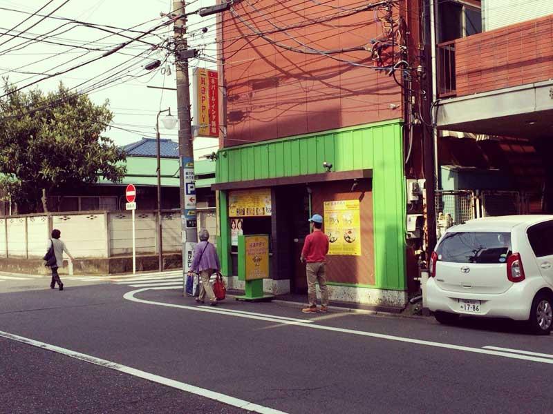 緑色が目立つHAPPYな店舗