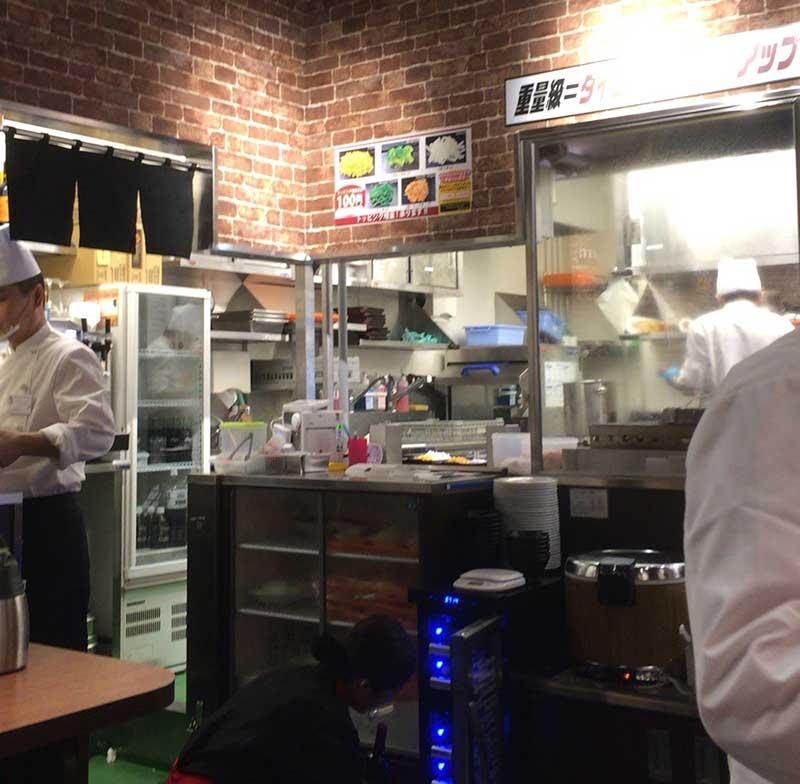 オープンキッチンスタイルの厨房