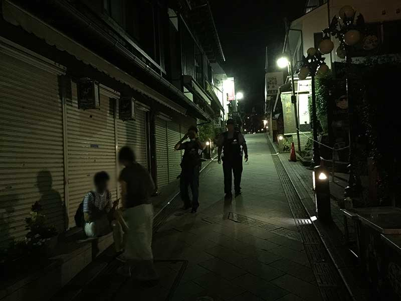 警官登場でこれ以上は江ノ島の中には入れません
