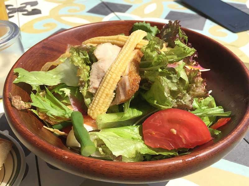 地元の食材をふんだんに使用したサラダ