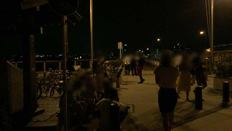 警官に追い出され江ノ島入口に群がるポケモントレーナー達