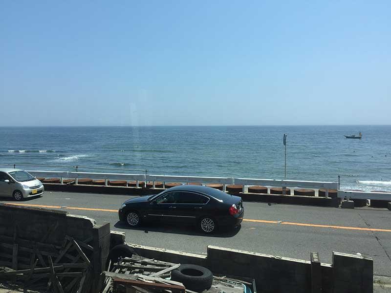 江ノ電の窓から海を眺めながら
