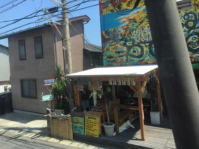 カラフルなタイ料理屋さんが見えてきたら和田塚駅