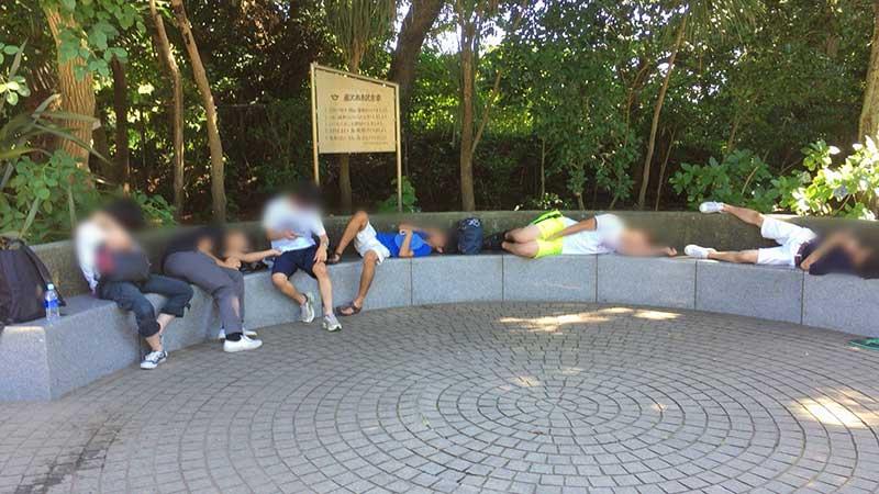 早朝江ノ島で集団で寝転ぶ若者