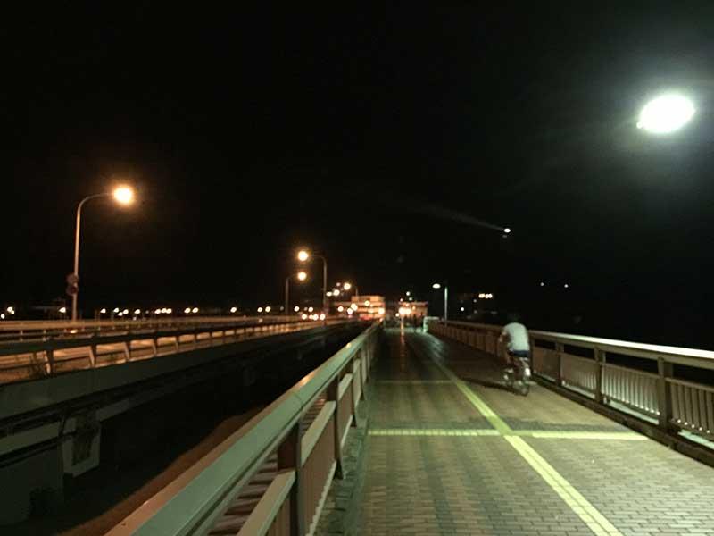 ポケモンの聖地江ノ島に向かう若者たち