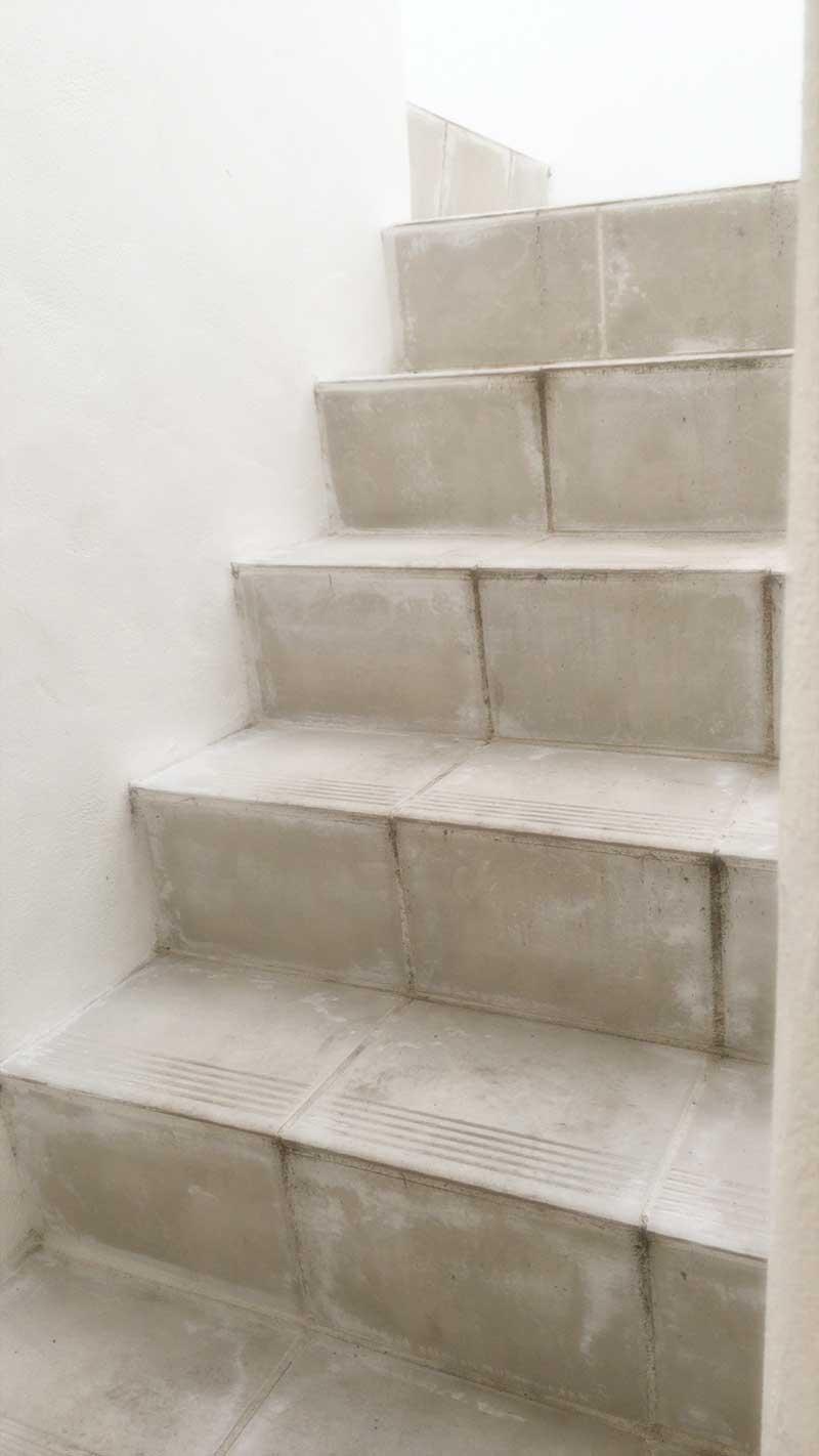 2階への階段もおしゃれな白壁に囲まれて