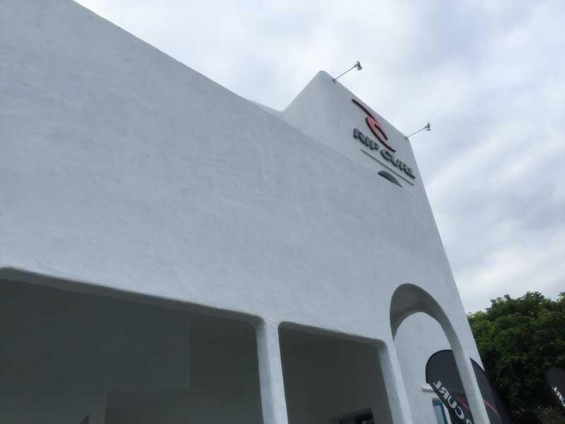 真っ白な壁