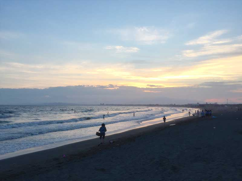 沈む夕日を眺められるのも西浜ならでは