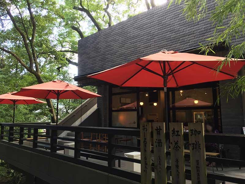 神社の入り口に素敵なカフェがあります