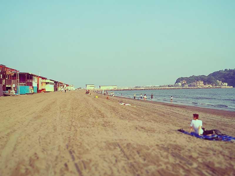 海の家と海岸線に挟まれた狭いビーチ