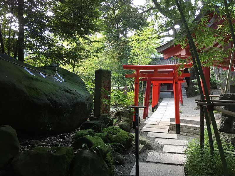 赤色が際立つ際立つ稲荷神社の鳥居
