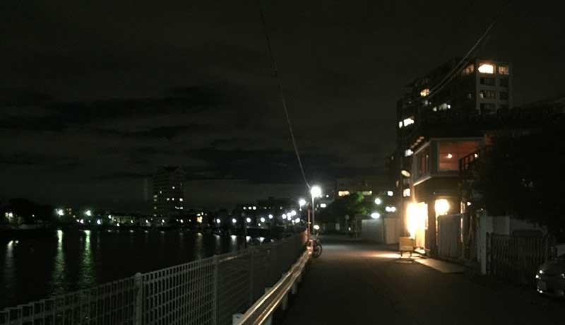川沿いに灯る明かりをたよりに